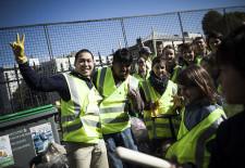 Des dizaines d'habitants du quartier Louis Blanc / La Chapelle dans le 10me arrondissement de Paris nettoient eux mmes les rues dans le cadre dÕune initiative CLEAN-UP DAY mise en place par lÕassociation Demain La Chapelle en partenariat avec la mairie. Le quartier, comme de nombreux autres ˆ Paris, souffre dÕun problme grandissant de saletŽ liŽ au nombre croissant dÕincivilitŽs.  Photo (c) Ed Alcock / M.Y.O.P. 10/10/2015